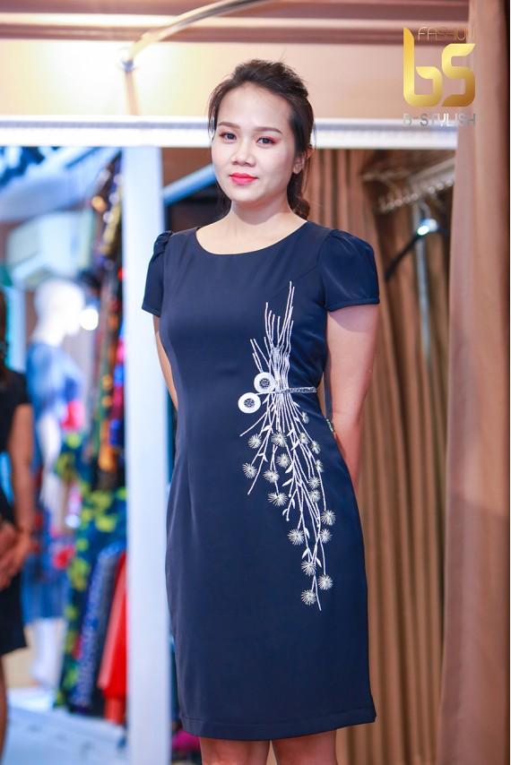 Đầm đen thêu hoa sườn