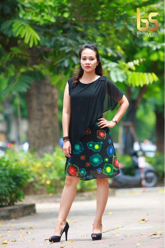 Đầm đen hoa xanh đỏ tay phủ