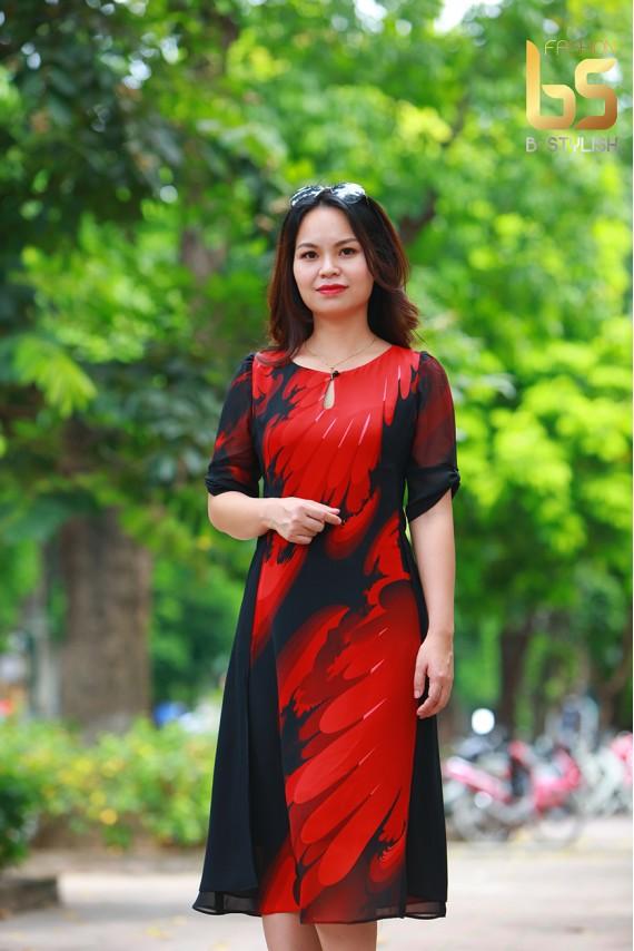 Đầm đen họa tiết đỏ tà sườn